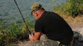 Pesce di cattura del pescatore al fiume stock footage