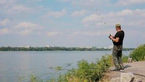 Pesce di cattura del pescatore al fiume archivi video