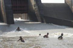 Pesce di cattura dell'uomo nel fiume Fotografia Stock