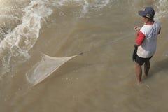 Pesce di cattura dell'uomo nel fiume Fotografia Stock Libera da Diritti