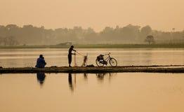 Pesce di cattura della gente da rete a Mandalay, Myanmar Immagini Stock Libere da Diritti