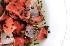 Pesce di color salmone con le erbe verdi Fotografie Stock