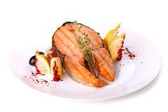 Pesce di color salmone fritto con un limone e le olive Immagini Stock Libere da Diritti