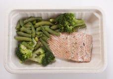 Pesce di color salmone ipocalorico e fagiolino verde Immagini Stock