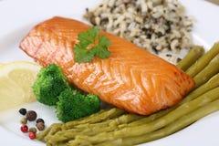 Pesce di color salmone pronto su un piatto fotografia stock