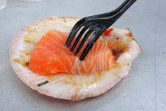 Pesce di color salmone su una conchiglia Fotografia Stock Libera da Diritti