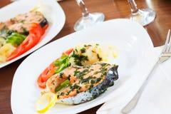 Pesce di color salmone sul piatto Fotografie Stock