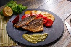 Pesce di Dorado con le patate ed i pomodori Fotografie Stock Libere da Diritti