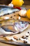 Pesce di Grinling con il limone dell'aglio delle cipolle delle verdure Fotografia Stock Libera da Diritti
