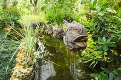 Pesce di legno su un bastone come decorazione in un chanel nel parco a Fotografia Stock Libera da Diritti