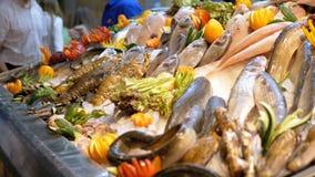 Pesce di mare fresco sopra venduto sul contatore del deposito sulla via stock footage