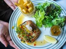 Pesce e gamberetto cotti a vapore con la salsa del limone immagine stock