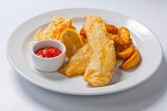 Pesce e patate fritte con insalata e salsa Immagine Stock