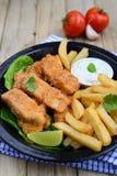Pesce e patate fritte con la immersione Fotografie Stock