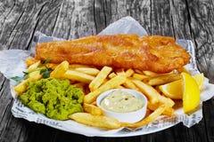Pesce e patate fritte croccante delizioso, primo piano fotografie stock libere da diritti