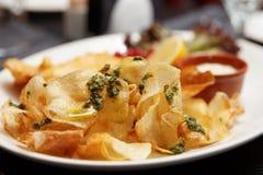 Pesce e patate fritte in piatto Fotografie Stock