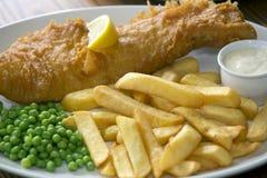 Pesce e patate fritte sulla tavola del pub immagini stock
