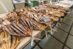 Pesce essiccato su esposizione su un mercato fotografia stock