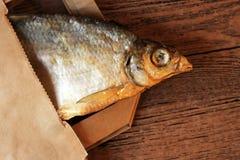 Pesce essiccato sulla tavola Pesce asciutto salato del fiume fotografia stock libera da diritti