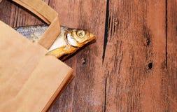 Pesce essiccato sulla tavola Pesce asciutto salato del fiume fotografia stock