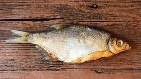 Pesce essiccato sulla tavola Pesce asciutto salato del fiume immagini stock libere da diritti