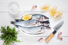 Pesce fresco crudo sulla tavola di legno immagini stock libere da diritti