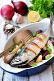 Pesce fresco dello sgombro al forno con un limone, un arco, un sale e un pepe su una tavola di legno Fotografia Stock Libera da Diritti