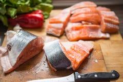 Pesce fresco di color salmone per la cena Immagine Stock Libera da Diritti