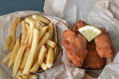 Pesce fresco e patate fritte con la fetta del limone Immagine Stock