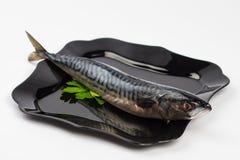 Pesce fresco su un piatto su bianco fotografia stock