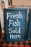 Pesce fresco venduto qui Fotografia Stock