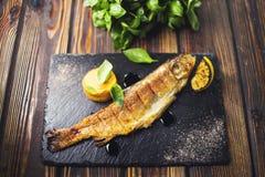 Pesce fritto con basilico immagini stock libere da diritti