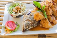 Pesce fritto con la salsa del tamarindo Fotografie Stock Libere da Diritti