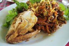 Pesce fritto con le erbe Fotografie Stock Libere da Diritti