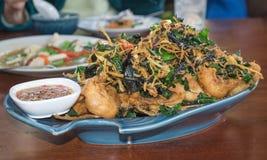 Pesce fritto con le erbe tailandesi immagine stock