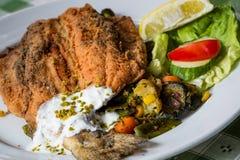 Pesce fritto con le verdure e l'insalata cotte a vapore Fotografia Stock Libera da Diritti