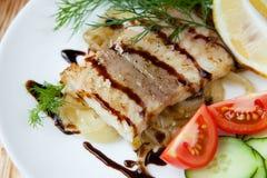 Pesce fritto con le verdure e la salsa fotografia stock