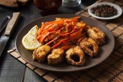 Pesce fritto con le verdure ed il limone Fotografie Stock Libere da Diritti