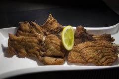 Pesce fritto con una fetta di limone Immagini Stock