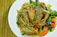 Pesce fritto croccante con lo zenzero della fetta e la salsa di soia sul piatto fotografia stock