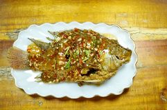 Pesce fritto nel grasso bollente del mango che condisce la salsa di peperoncino rosso dolce sul piatto fotografie stock libere da diritti