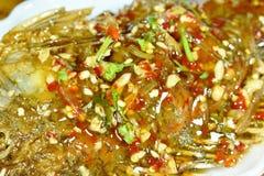 Pesce fritto nel grasso bollente del mango che condisce la salsa di peperoncino rosso dolce sul piatto immagini stock