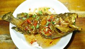 Pesce fritto nel grasso bollente della cernia del blacktip che condisce la salsa di peperoncino rosso dolce sul piatto immagine stock