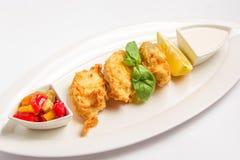 Pesce fritto in pastella con salsa, limone e Fotografia Stock