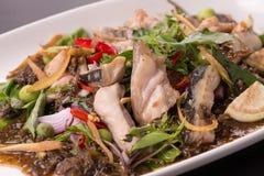Pesce fritto piccante sul piatto, tradizionale tailandese immagine stock