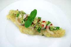 Pesce fritto servito con frutti di mare piccanti Fotografie Stock Libere da Diritti