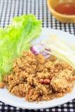 Pesce gatto croccante delle fritture con l'insalata della cipolla e del mango Immagini Stock Libere da Diritti