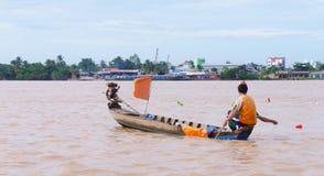 Pesce gatto di cattura dell'uomo nel Mekong Fotografie Stock