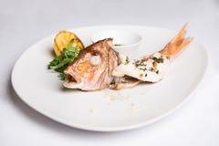 Pesce intero al forno con le erbe ed il limone Immagine Stock Libera da Diritti
