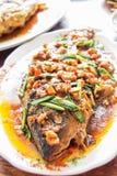 pesce nel sause del peperoncino rosso Fotografie Stock